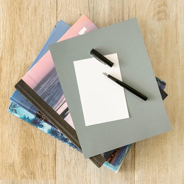 Pila de cuadernos sobre fondo de madera