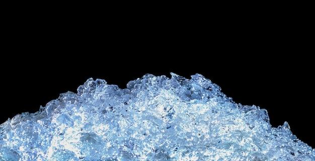 Pila de cubitos de hielo picado sobre fondo oscuro con espacio de copia.