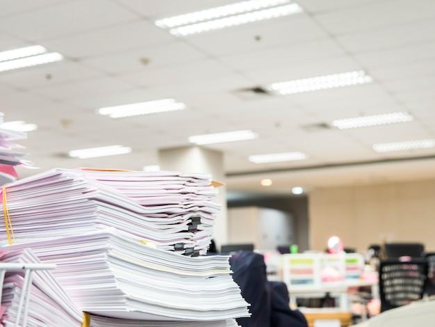 Pila de documentos en la mesa, concepto de negocio