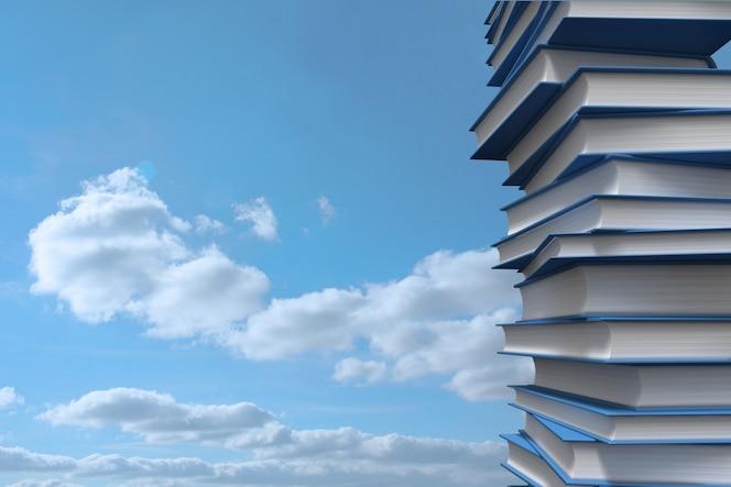 Pila de libros contra el cielo
