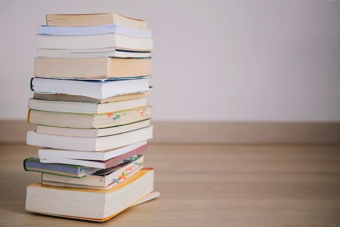 Pila de libros y cuadernos