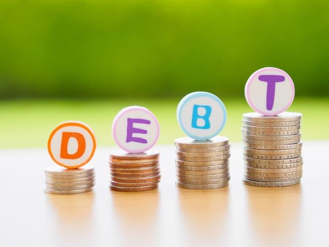 Pila de monedas en concepto de la deuda.