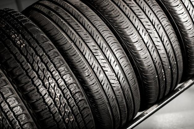 Pila de neumáticos nuevos