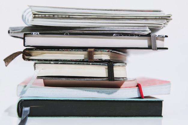 Pila de diferentes cuadernos y cuadernos de bocetos