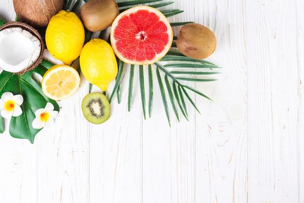 Pila de diversas frutas jugosas tropicales frescas