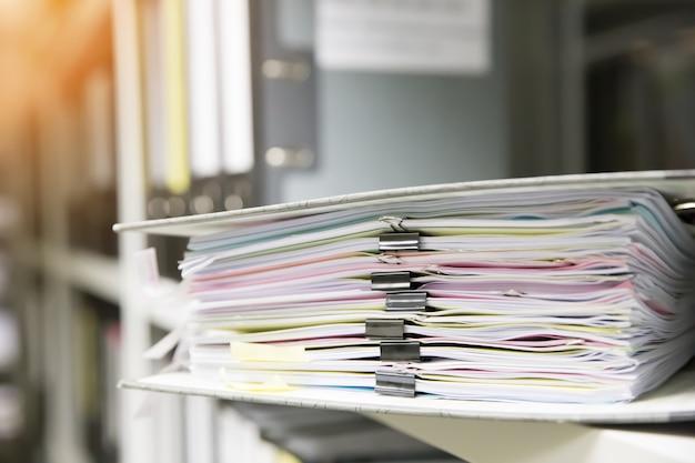 Pila de documentos en una carpeta.