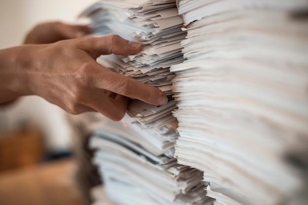 Pila de documentos comerciales de papel de oficina.