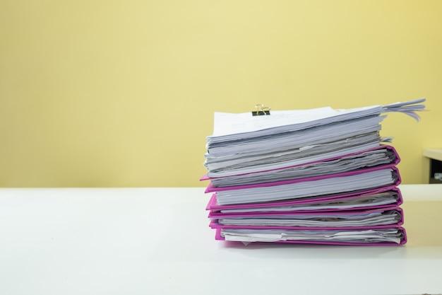 Pila de documentos contables en el escritorio blanco
