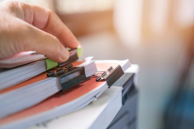 Pila de documentos con notas adhesivas.