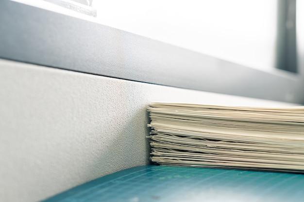 Pila de documentos en papel blanco en la mesa de trabajo de la oficina, fondo de archivos de informe con espacio de copia
