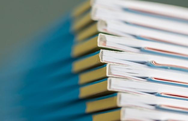 Pila de documentos en papel de informes para negocios archivos de informes anuales en oficinas