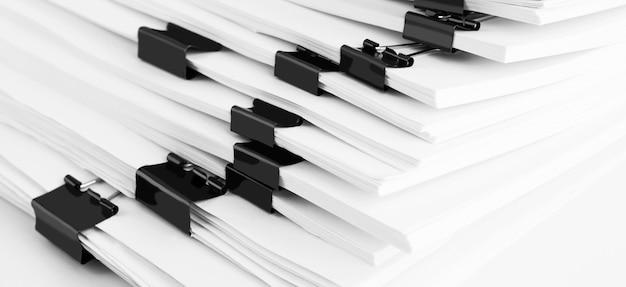 Pila de documentos en papel en la mesa de trabajo