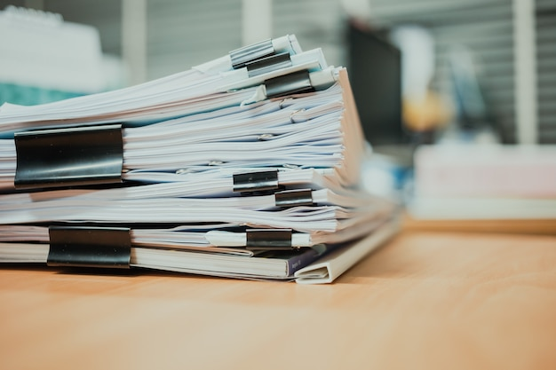 Pila de documentos sobre el escritorio.