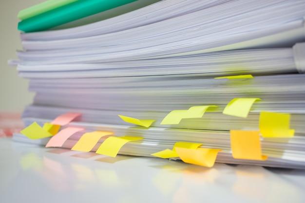 Pila de documentos sin terminar en el escritorio de la oficina