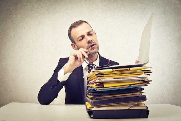 Pila de documentos en el trabajo.