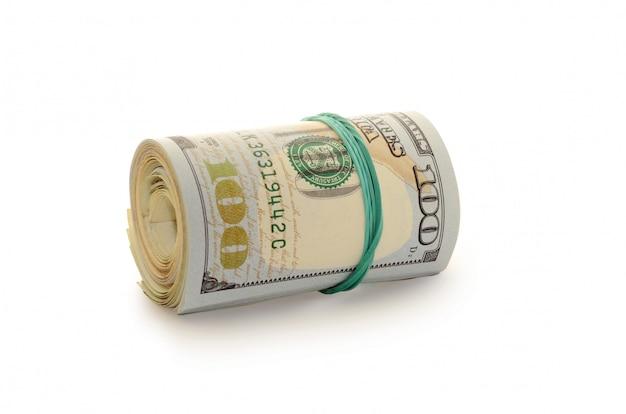 Pila de dólares de dinero limitado por una banda de goma.
