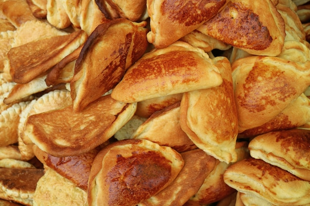Pila de empanadas para la venta en el quiosco al lado de la calle del centro de la paz, bolivia