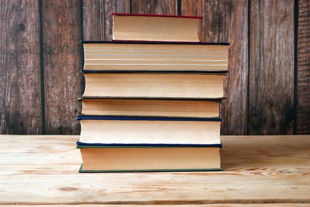 Pila de fondo de libros