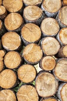 Pila de fondo de troncos de madera aserrada natural apilada