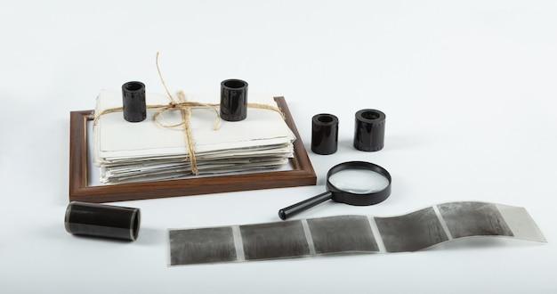 Pila de fotos antiguas, marco de fotos con negativos