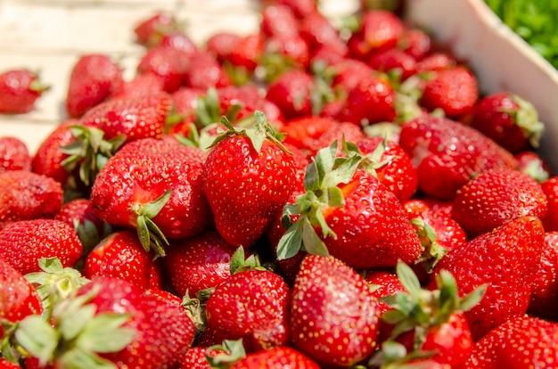 Pila de fruta de fresa cerca