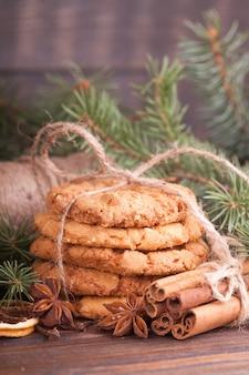 Una pila de galletas de nueces, canela, badon, naranjas, nueces. fiesta festiva, navidad.