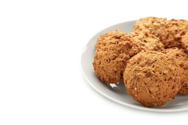 Pila de galletas en el plato aislado en blanco.