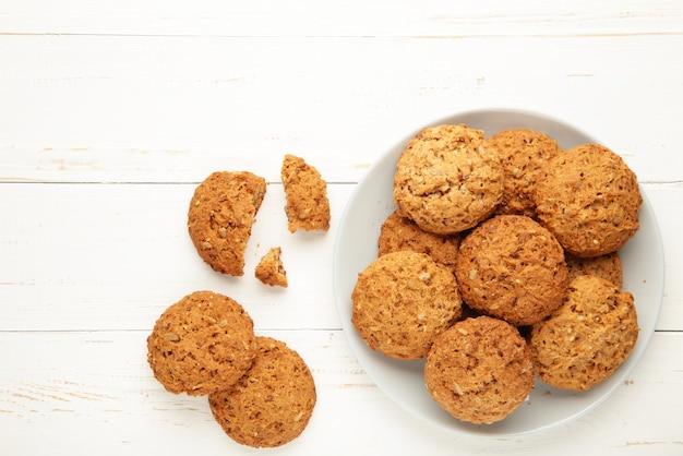 Pila de galletas en el plato sobre fondo blanco.