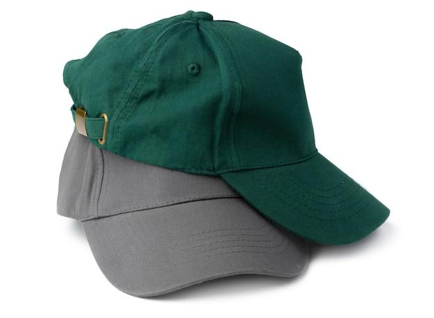 Pila de gorras de béisbol aislado sobre fondo blanco cerrar