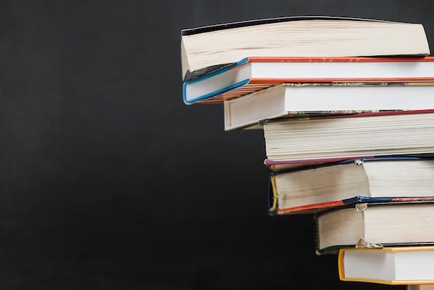 Pila inestable de libros
