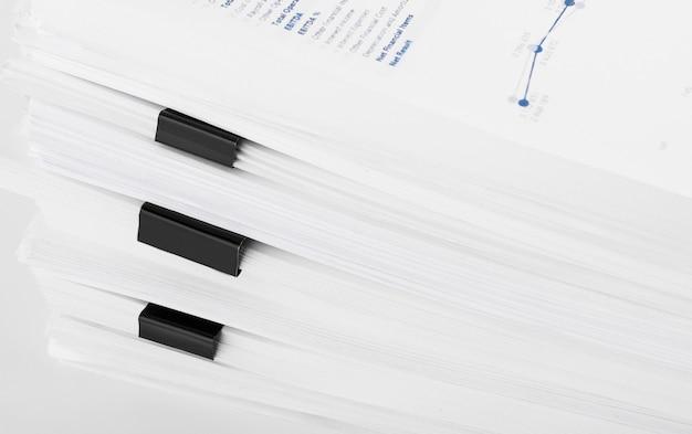 Pila de informes de documentos financieros concepto de negocio y búsqueda.