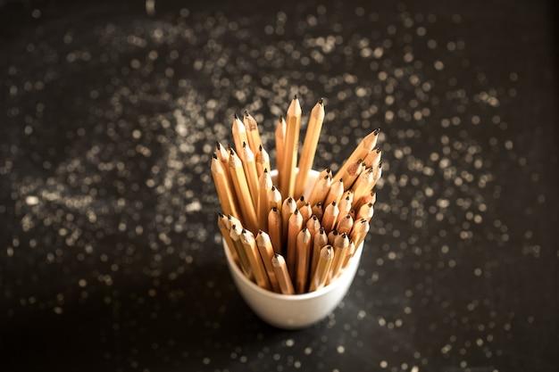 La pila de lápices en un vaso