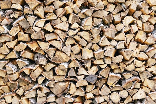 Pila de leña. leña apilada con precisión. fondo de leña de madera.