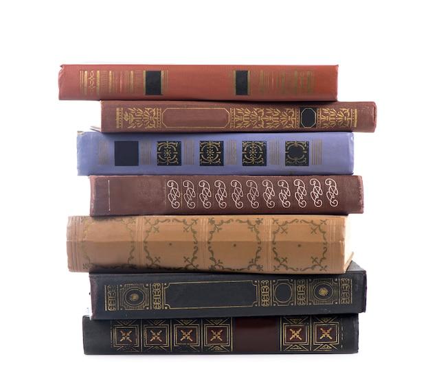 Pila de libros aislado sobre superficie blanca