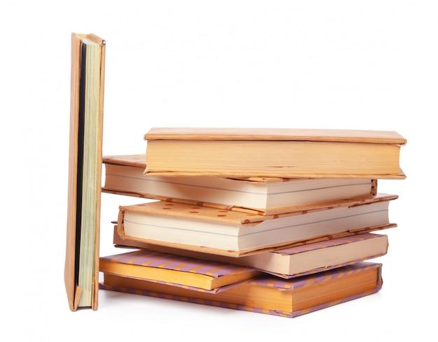 Pila de libros aislados en blanco