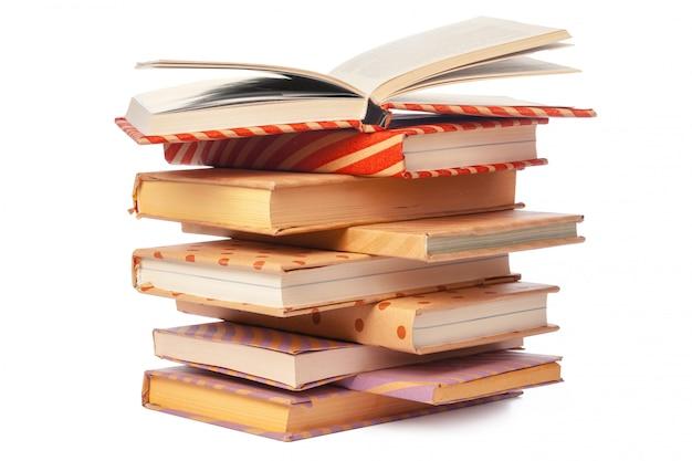 Pila de libros aislados sobre fondo blanco.