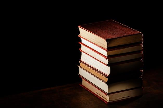 Pila de libros de alto ángulo con espacio de copia