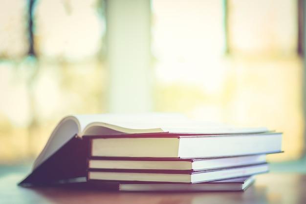 Pila de libros antiguos sobre la mesa