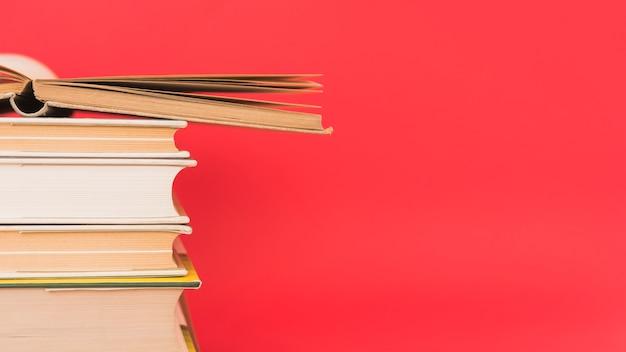 Pila de libros antiguos de tapa dura