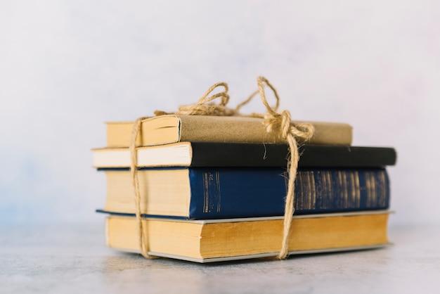 Pila de libros atados