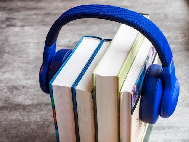 Pila de libros con auriculares