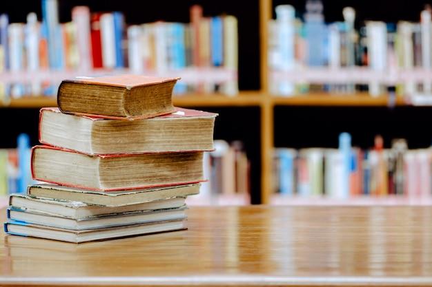 Pila de libros en la biblioteca. concepto de educación biblioteca con muchos estantes y libros