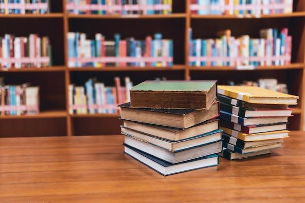 Pila de libros en la biblioteca.