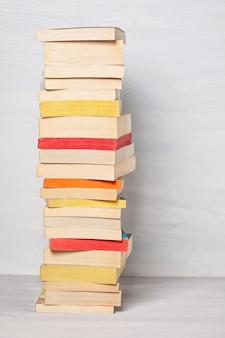 Pila de libros de bolsillo.