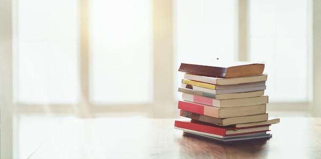 Una pila de libros en la cómoda sala de estar