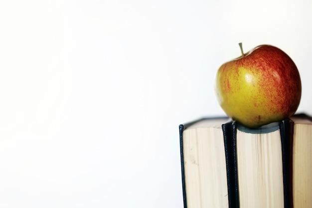 Pila de libros de concepto de educación, manzana y bolígrafo