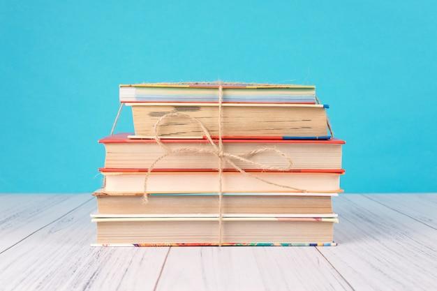 Pila de libros y corazón rosa