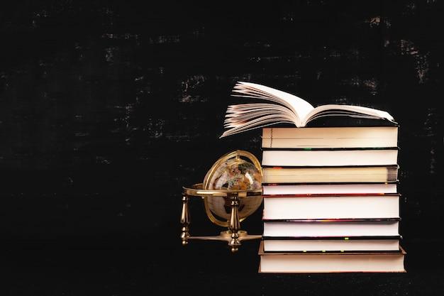 Pila de libros diferentes. concepto de conocimiento.