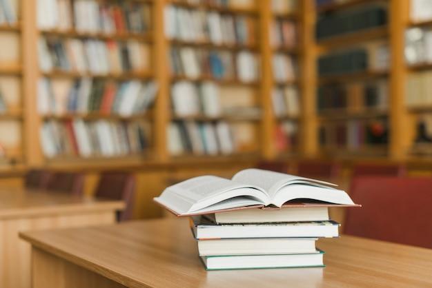 Pila de libros en el escritorio de la biblioteca