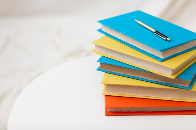 Pila de libros con espacio de copia